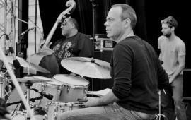 Francis Arnaud batteur de  Tricia Evy en Concert